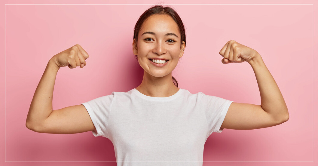 Kvinna som spänner sina muskler
