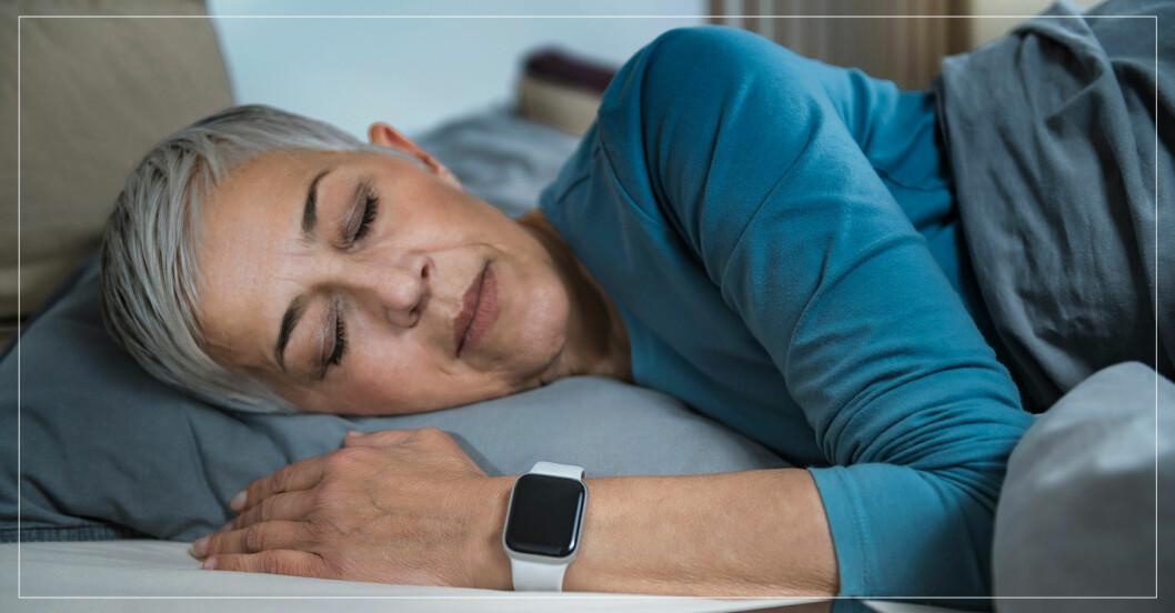 Sovande kvinna med pulsklocka.