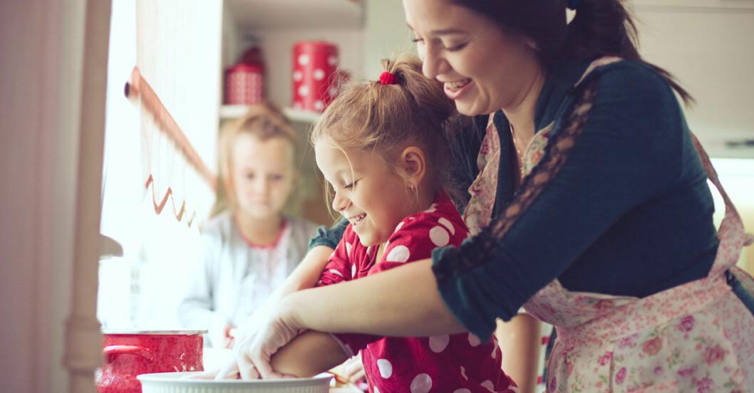 Gemensamma måltider hjälper barnen att äta mer hälsosamt.
