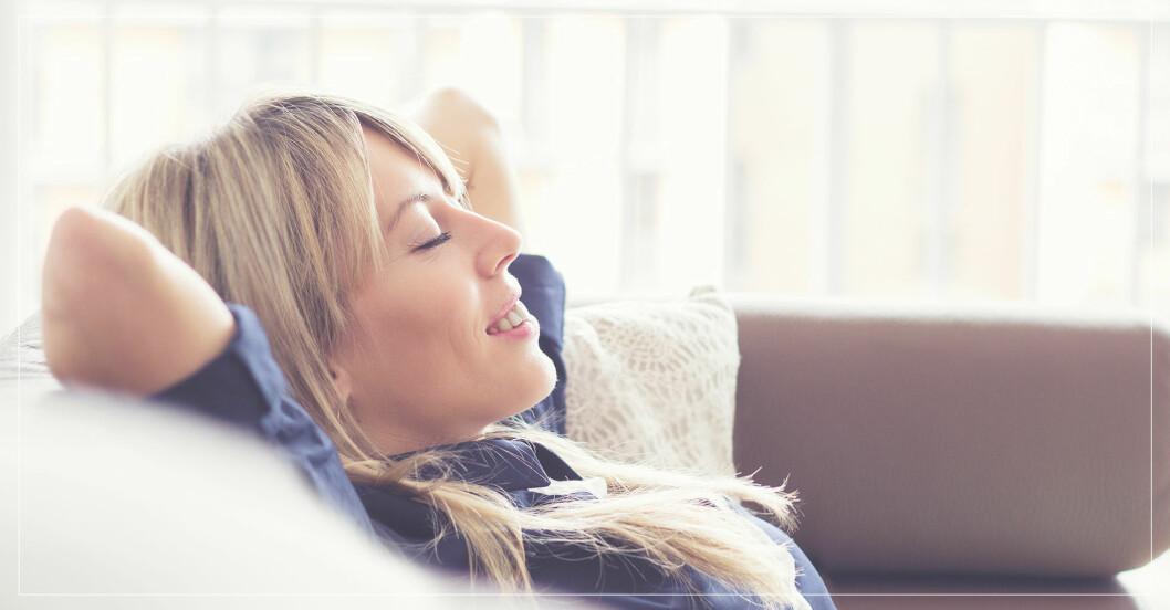 Kvinna som är nybörjare på meditations- och avslappningsövningar