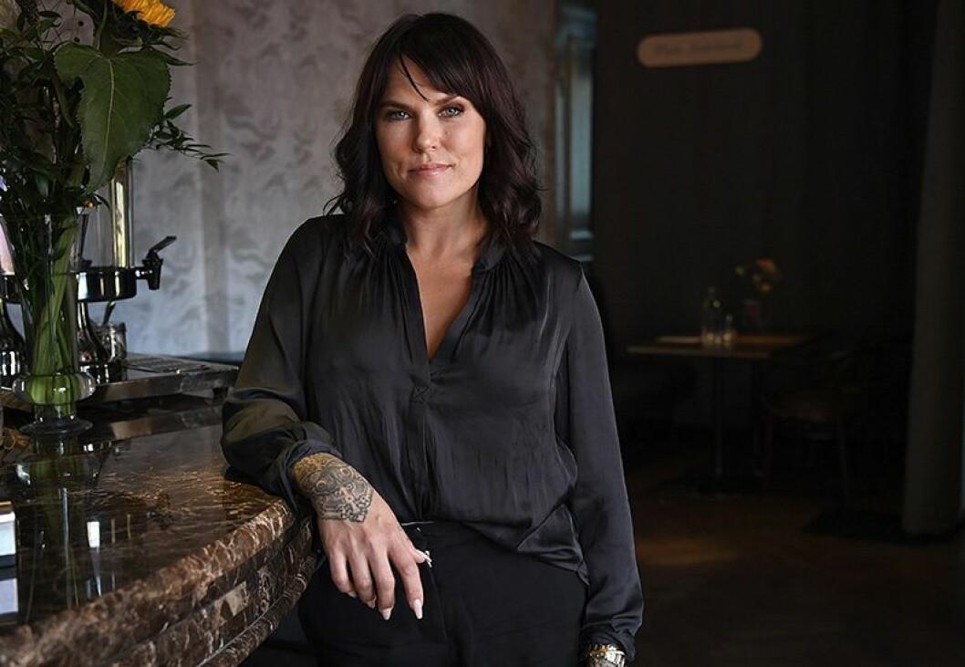 En bild på komikern Mia Skäringer, aktuell med turnén Avig Maria – No More Fucks To Give.