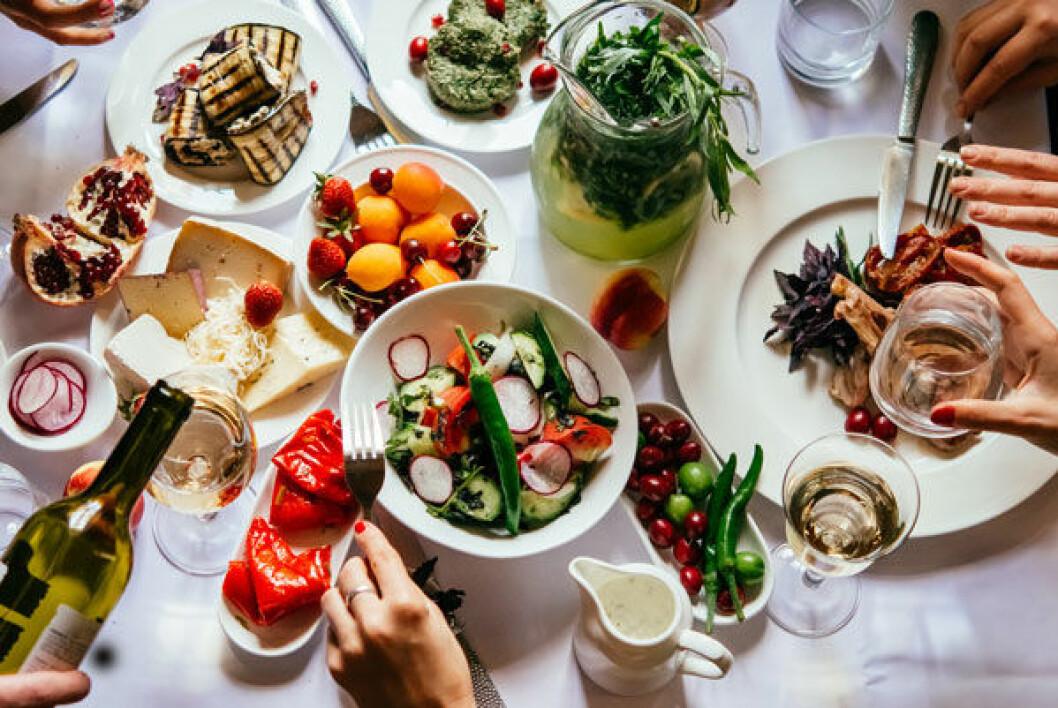Mer vegetariskt och mindre matsvinn – det är vägar till miljösmart mat.