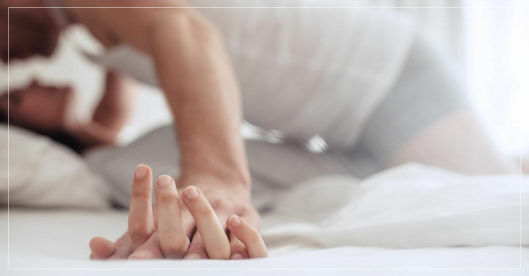 par tillsammans i säng.