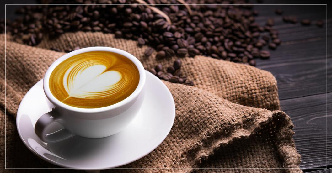 kopp kaffe med hjärta i skummet
