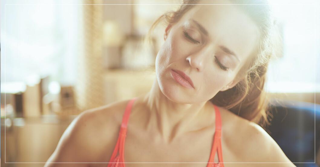 kvinna har ont i nacken efter träningspass