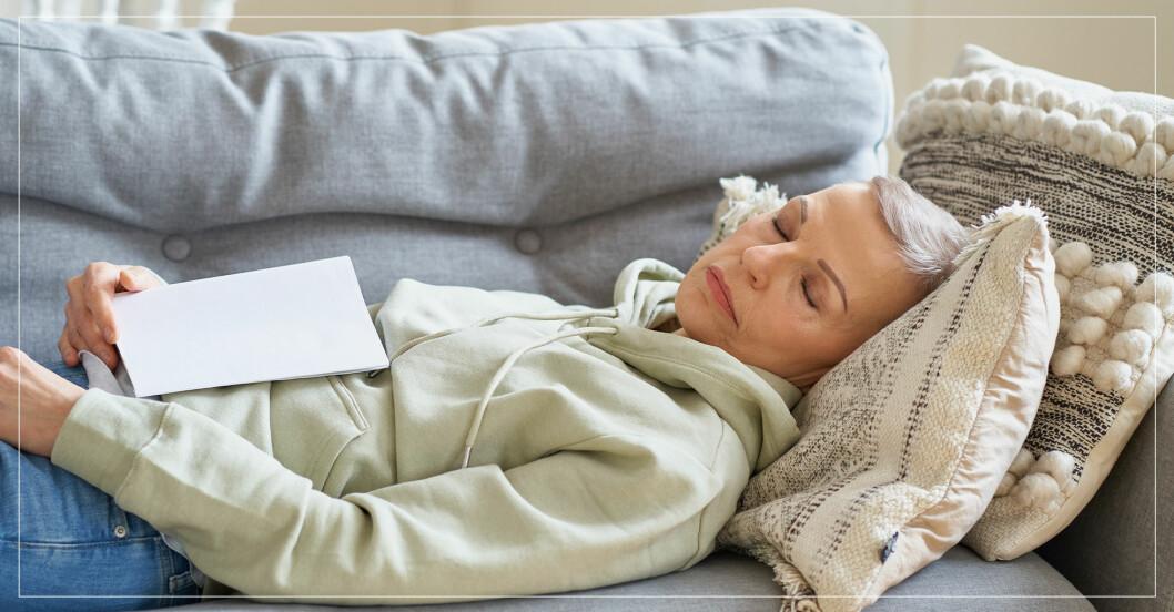 Kvinna tar tupplur i soffan