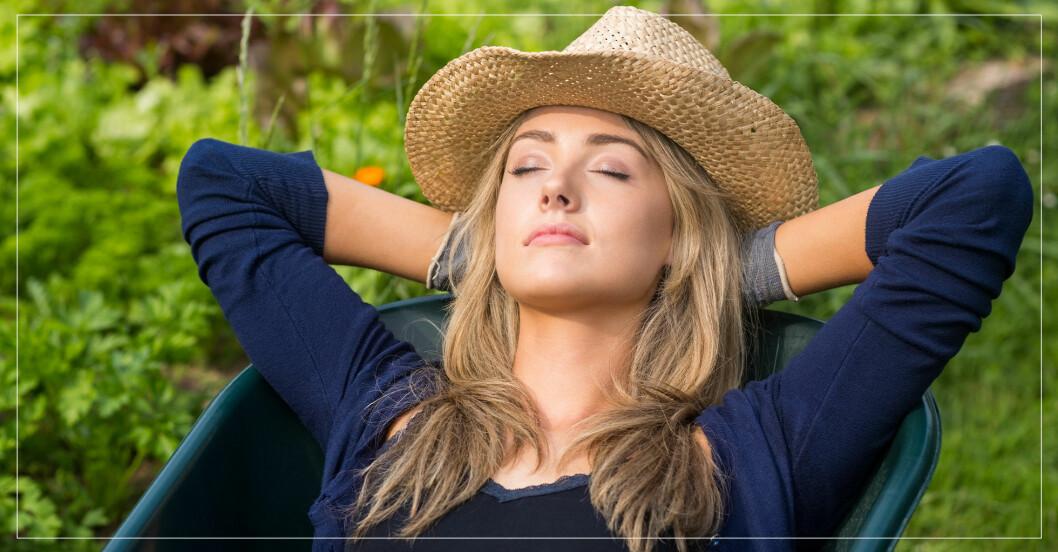 Kvinna tar tupplur i hängmatta