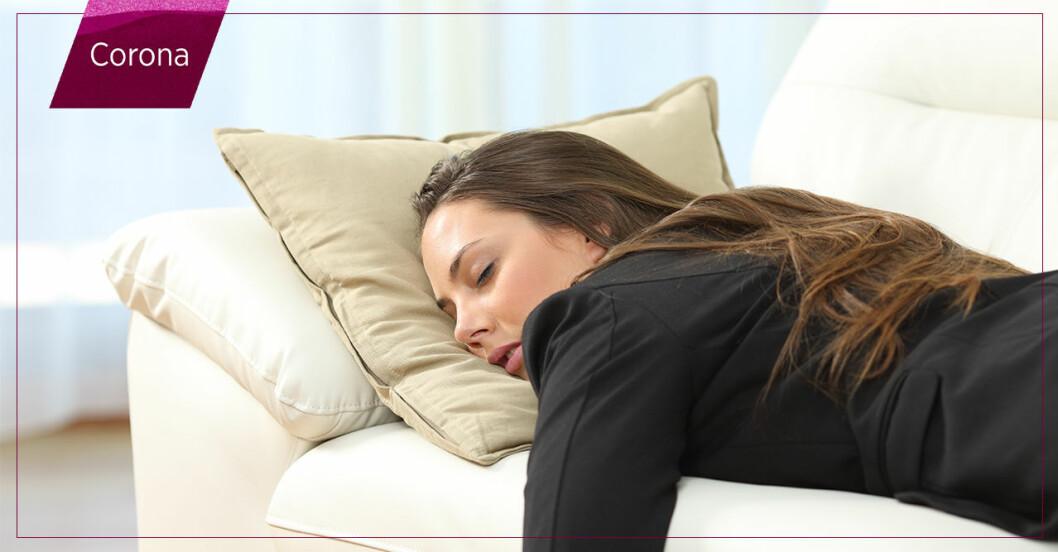 kvinna sover i soffan
