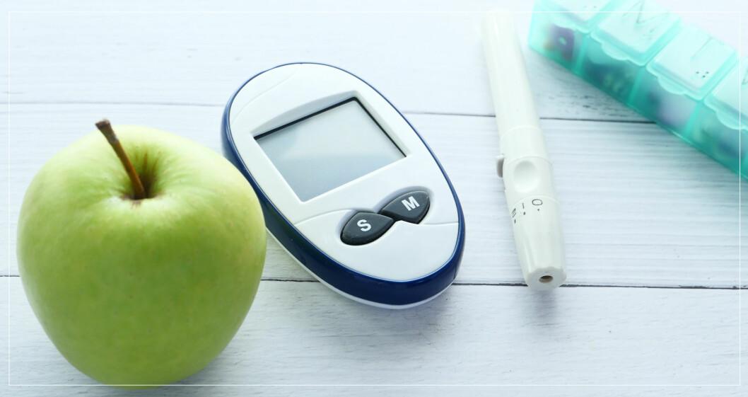 Glukosmätare, grönt äpple, insulinspruta och diabetesmedicin.