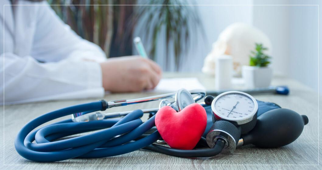 Läkare som mäter och skriver ner blodtryck.