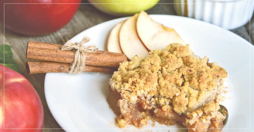 nyttig äppelpaj med smultäcke, gjord med havregryn