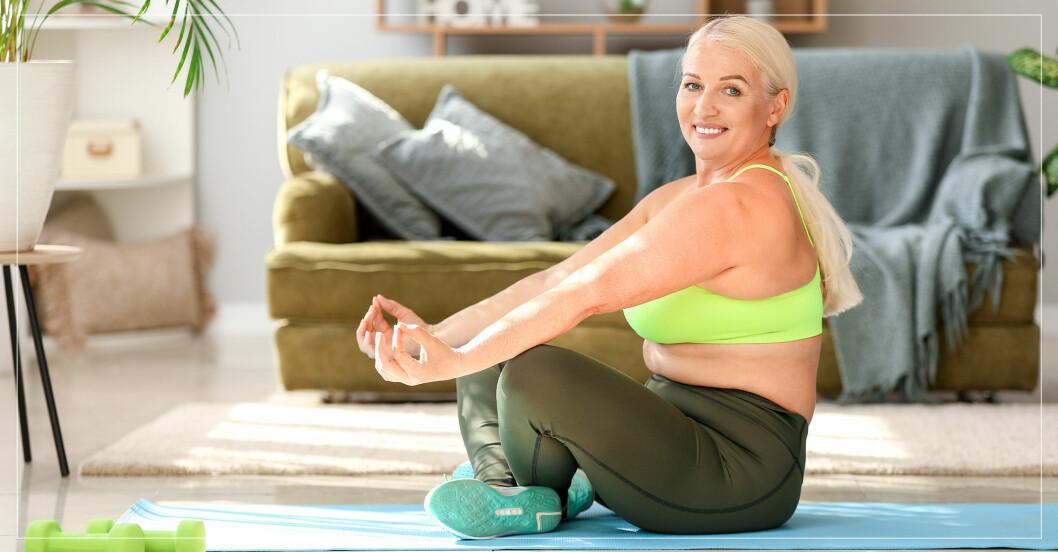 äldre,kraftig kvinna yogar hemma