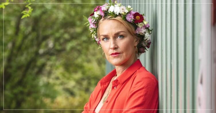 Olga Persson i blomsterkrans