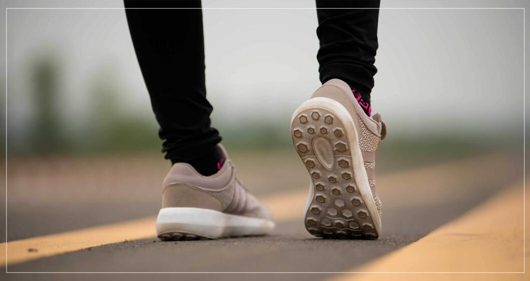 Fötter på promenad.