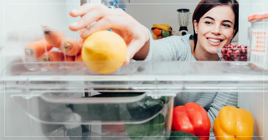 kvinna organiserar kylen på bästa sätt, enligt Mari Kondo-metoden