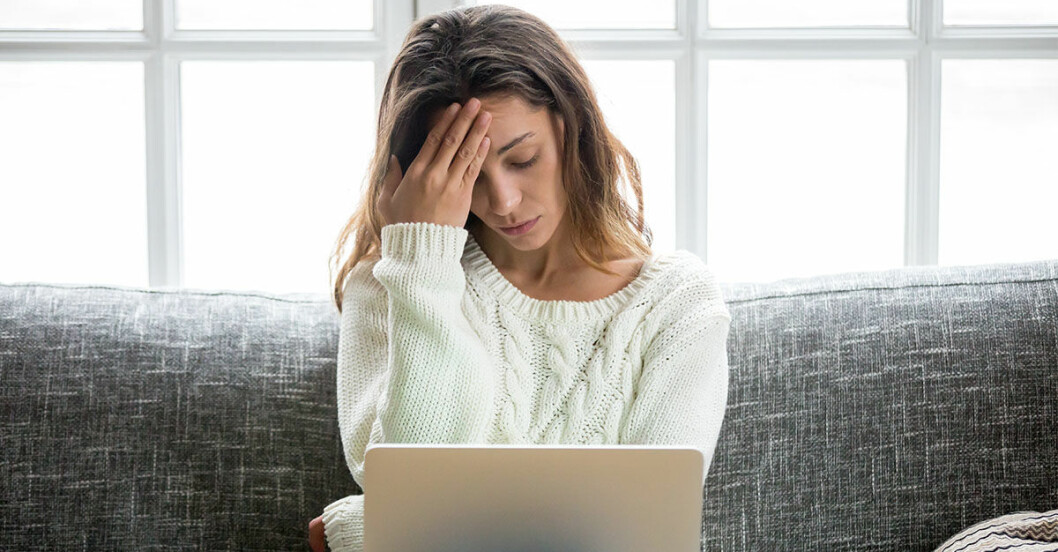 Kvinna som är orolig för coronavirus