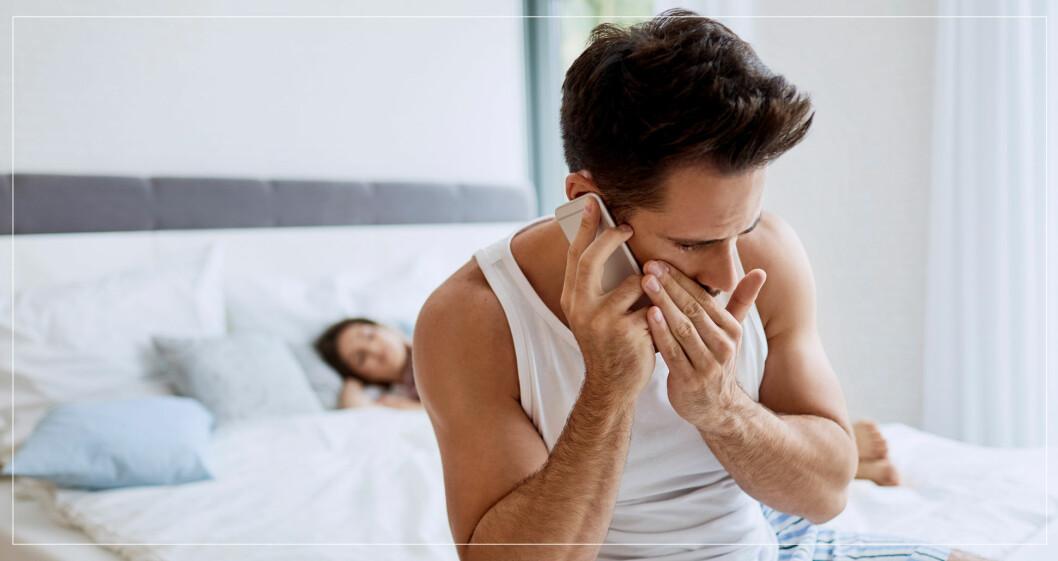 Man otrogen online medan partnern sover.