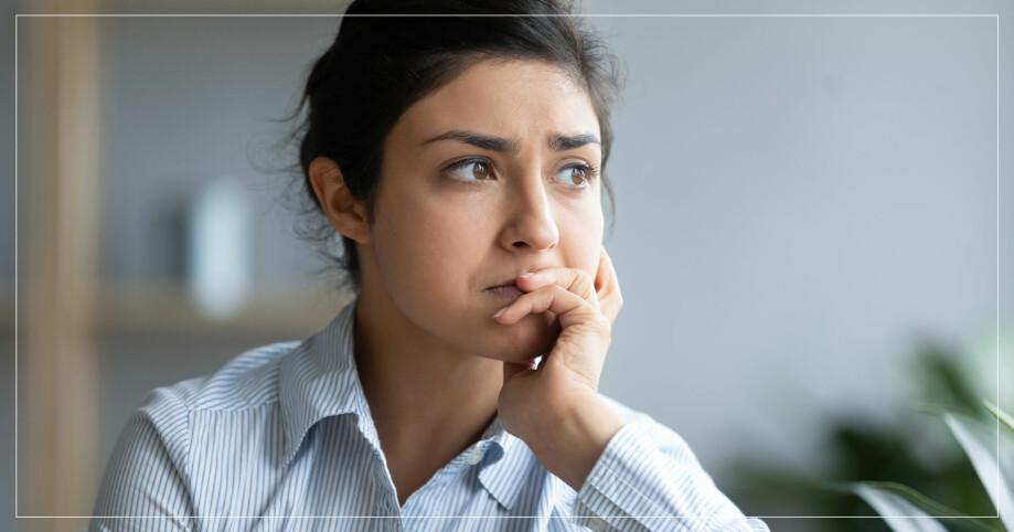 Kvinna som sitter och funderar