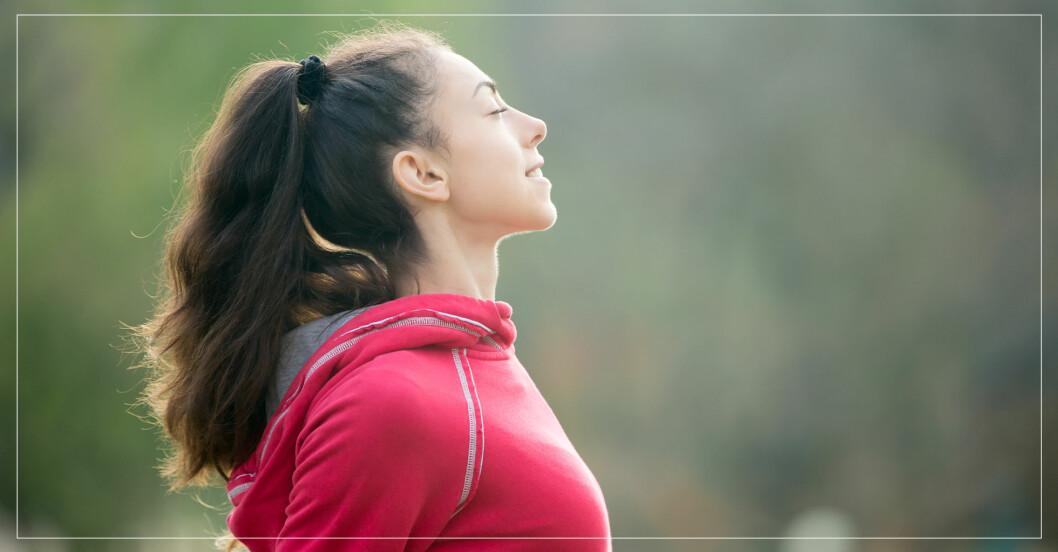 kvinna gör övningar som gör henne glad, lugn och fokuserad