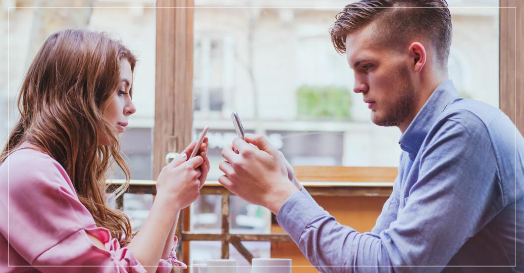 Par som sitter med sina mobiltelefoner.