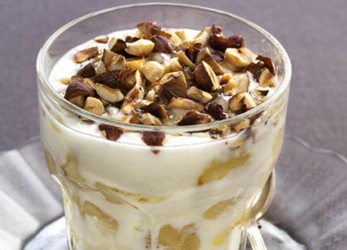 Pärondessert med yoghurt och krossade nötter.