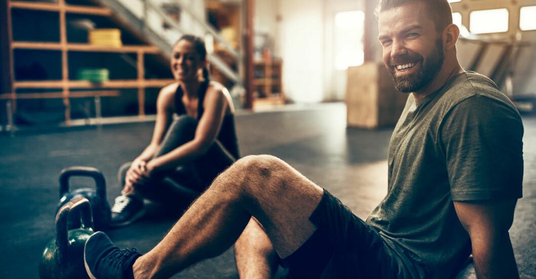 Personer tränar på gym, trots coronaviruset