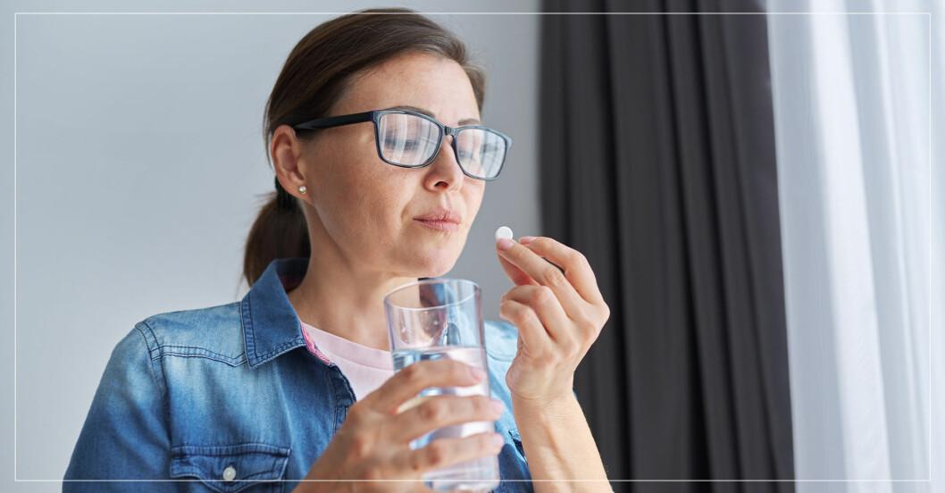 kvinna tar en tablett