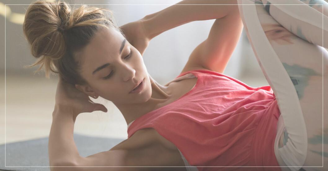 kvinna tränar för att få platt stark mage