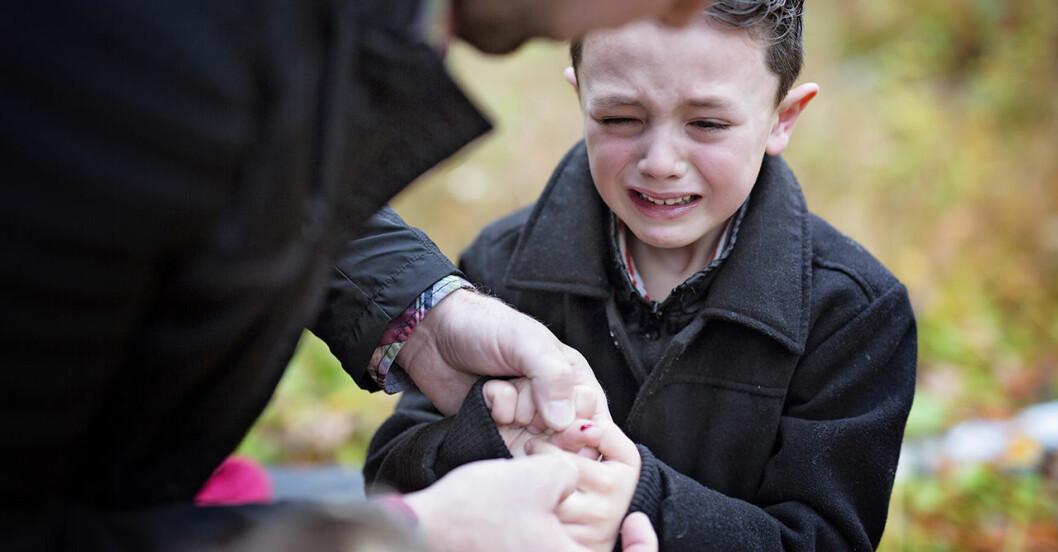 Pojke som gjort sig illa i fingret gråter