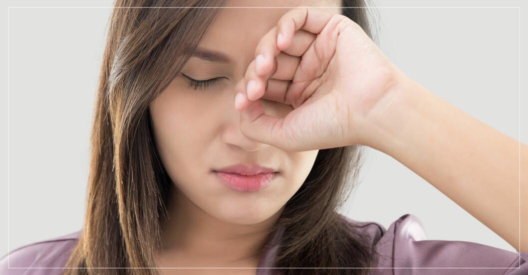 Kvinna med kliande ögon på grund av pollen