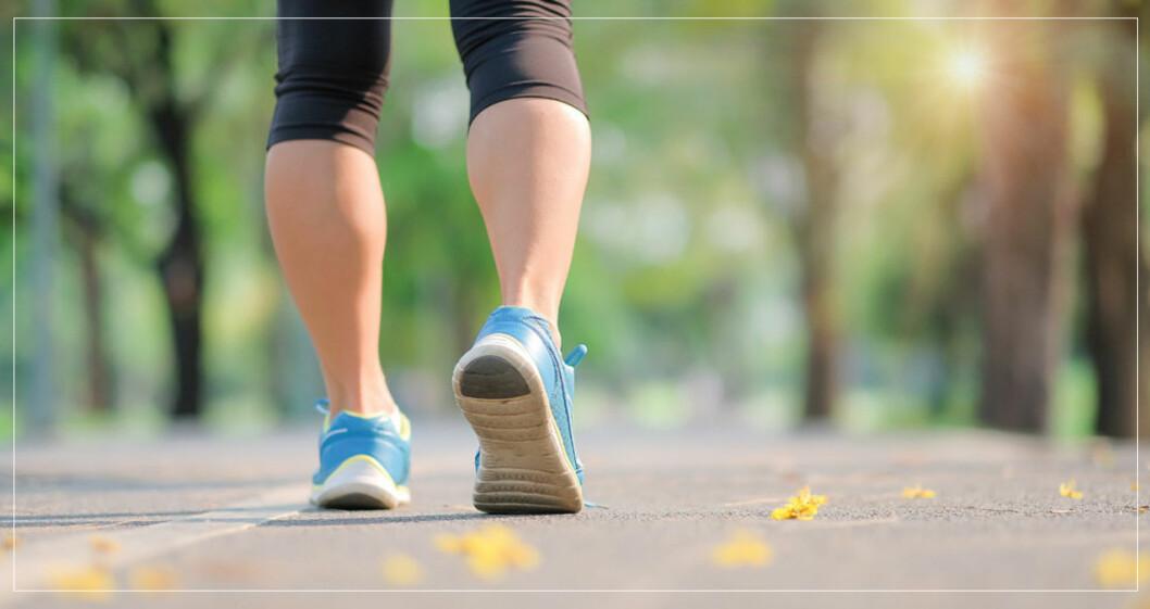 Kvinnas ben, ute på promenad.
