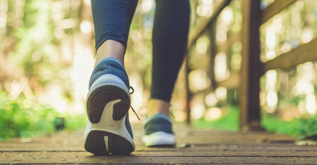 kvinna försöker gå ner i vikt genom att gå promenader