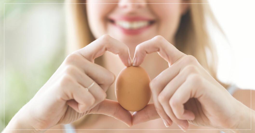 Kvinna äter ägg – proteinkälla