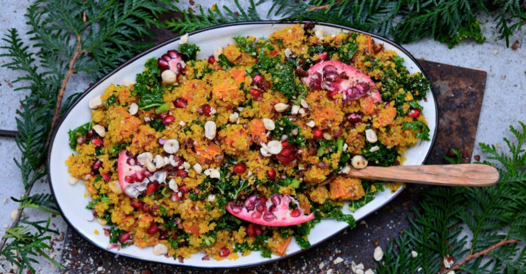 Quinoasallad med saffran, grönkål och granatäpple på fat.