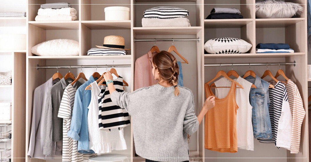kvinna vid garderob