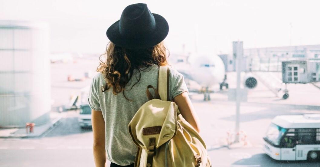 Kvinna på flygplats.