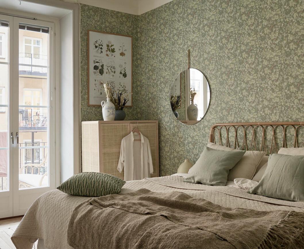 Sänggavel i rotting och skåp i rotting i snyggt sovrum