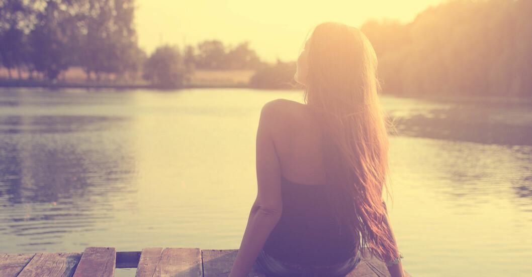 Kvinna njuter av sommaren på en brygga
