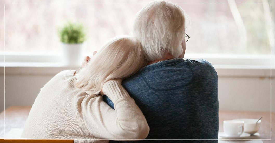 äldre par som sitter tillsammans i köket