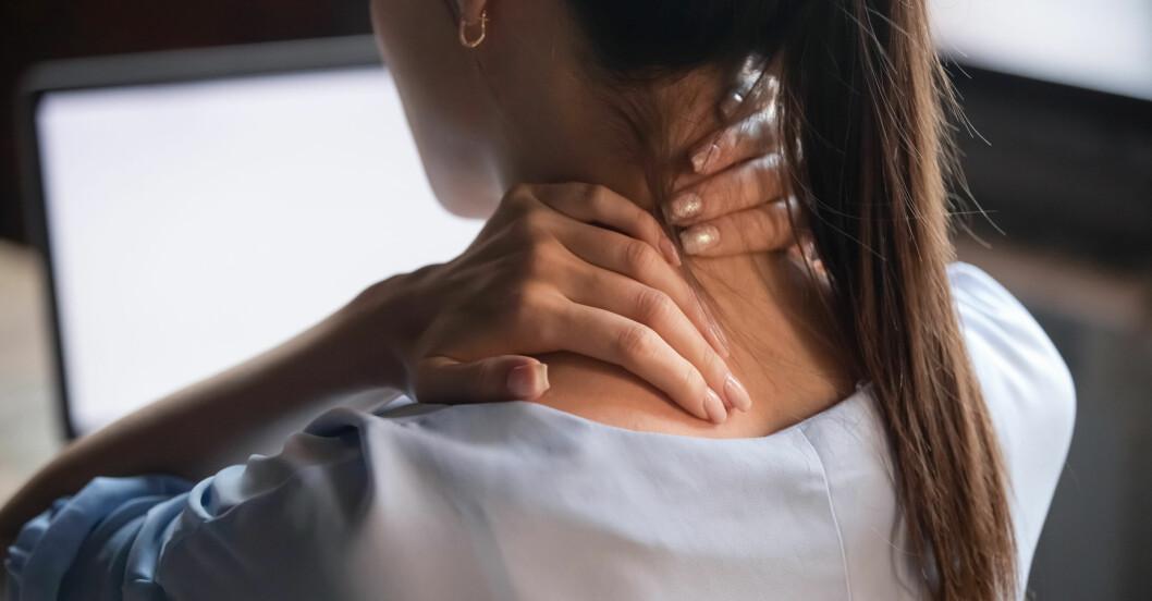 Kvinna med smärta i nacken