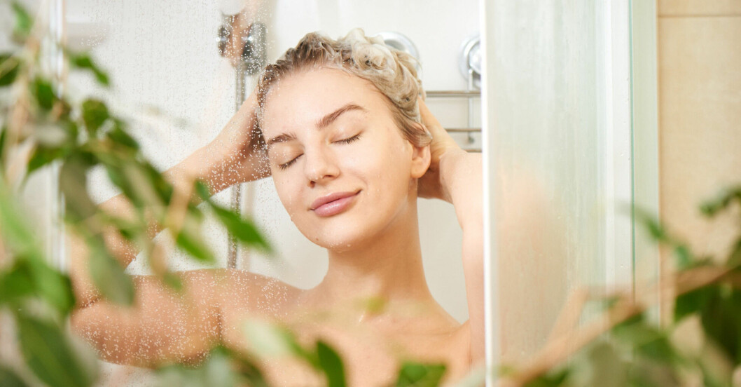 Kvinna njuter av en dusch