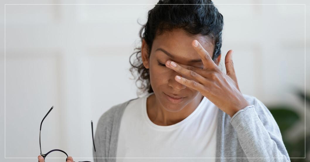 Kvinna som känner sig yr och sjuk