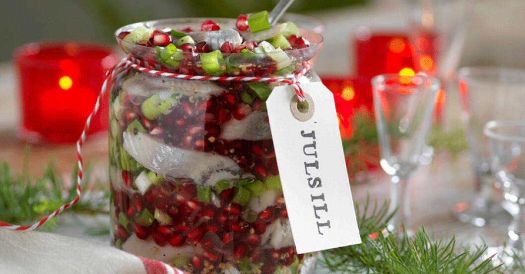 Sill inlagd med granatäpple och salladslök.