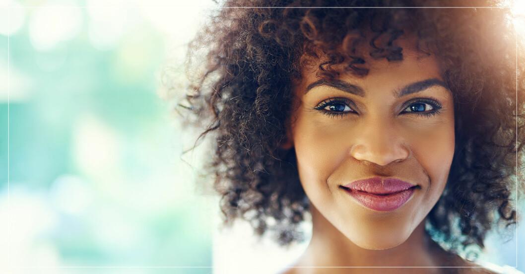 kvinna som ler försiktigt
