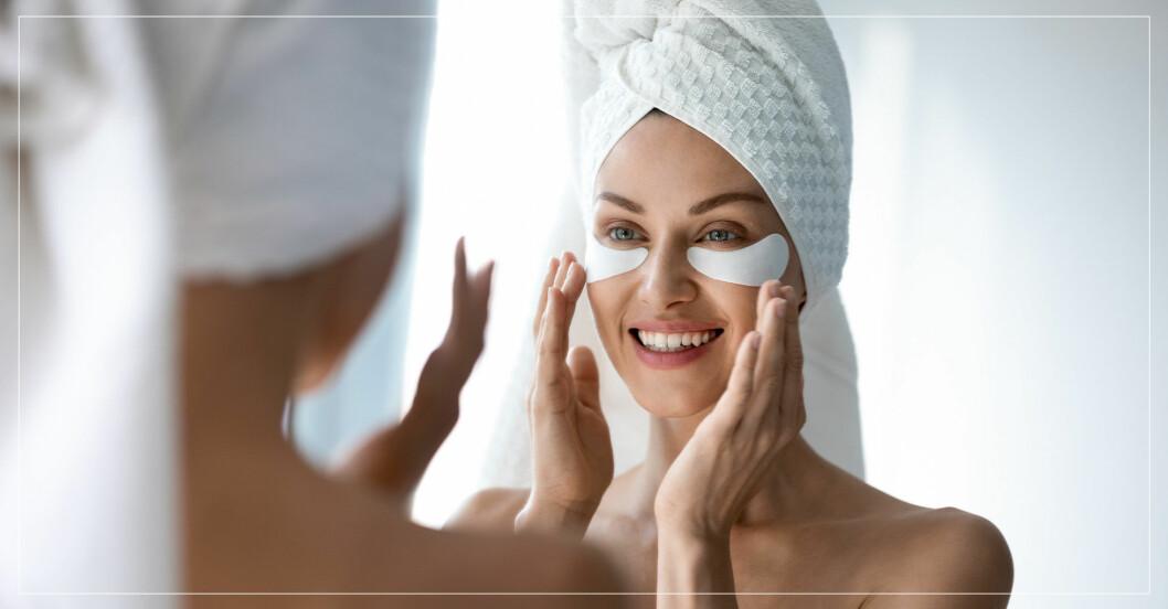 Kvinna i badrum lägger ögonmask