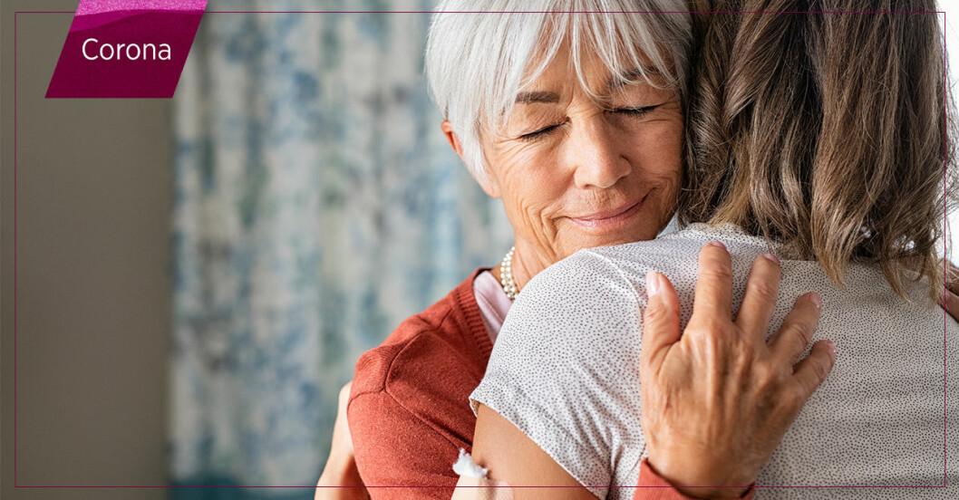 kvinnor kramas efter coronavaccin – men kan man smitta trots att man fått det?