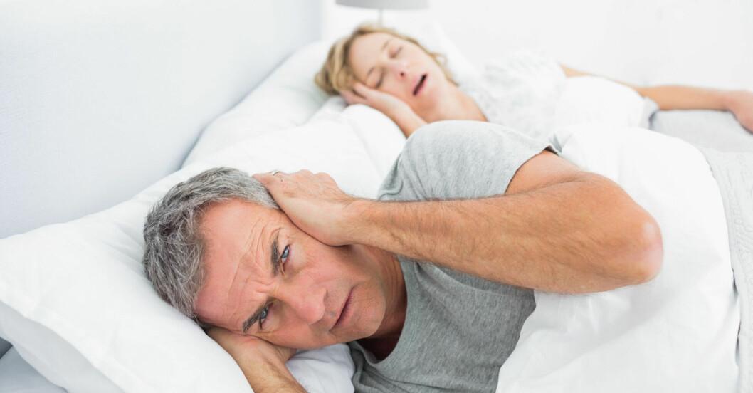 Snarkande kvinna stör sin sängkamrat – och sin hälsa