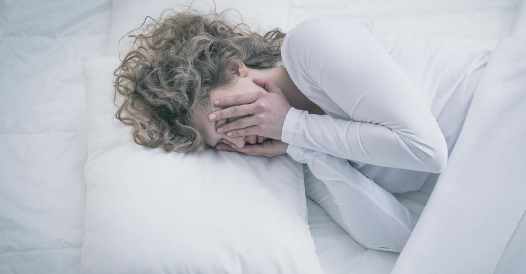 Kvinna som sover dåligt på grund av sin tarmflora.