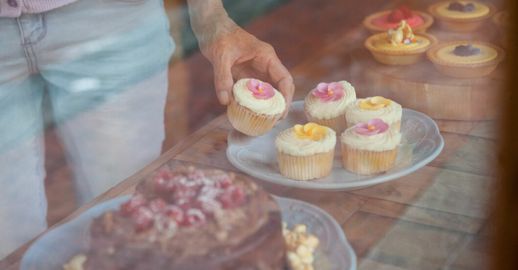 Kvinna tar en cupcake