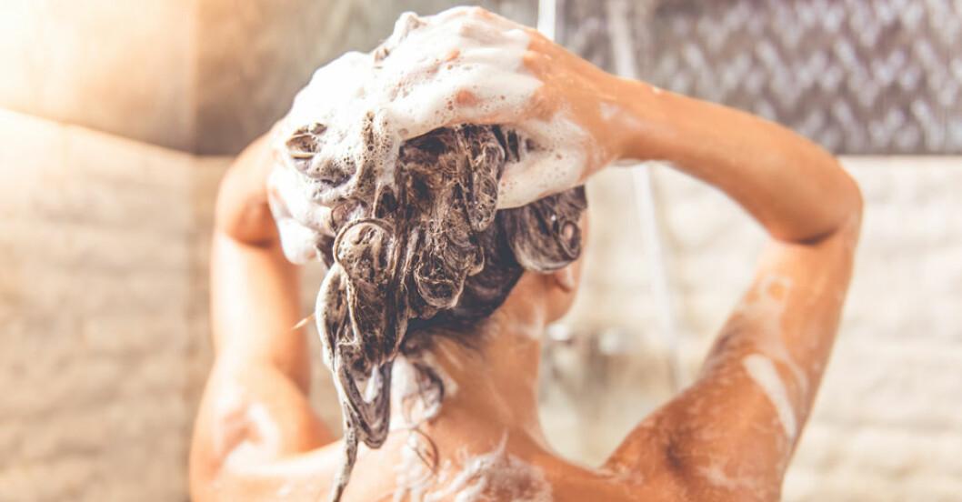 Att duscha istället för att bada är ett enkelt sätt att spara vatten.